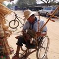 Photos: 木製の足をかけるところが気持ちよさそう2015.02.07カンボジア玩具店
