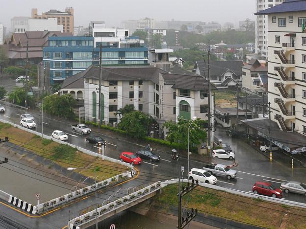 四ヶ月ぶりの雨に霞むチェンマイ P1170449_R