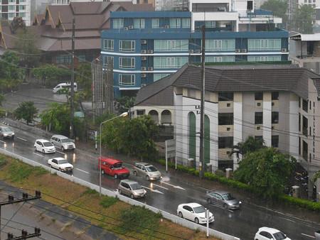 四ヶ月ぶりの雨に霞むチェンマイです P1170453_R