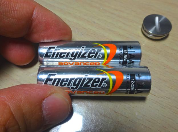 「Magic Trackpad」の電池交換 No - 5:最初から入ってた電池と蓋(ふた)