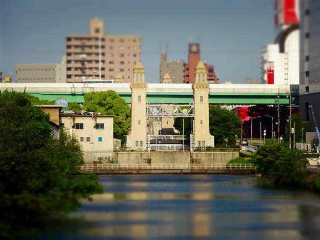 西日置橋から見た松重閘門(ミニチュアライズ、フィルター有り)