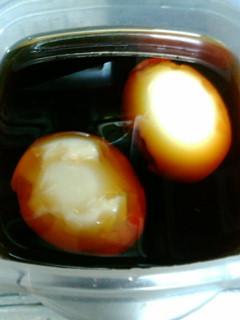 半熟煮卵作ろうとして残念な剥け方に。
