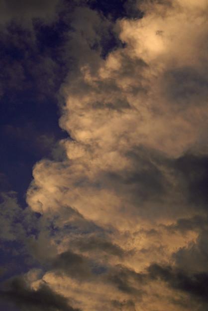 色付く夏雲