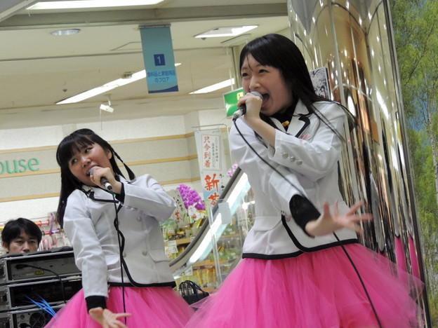 Photos: 佐倉美菜さん(左)。