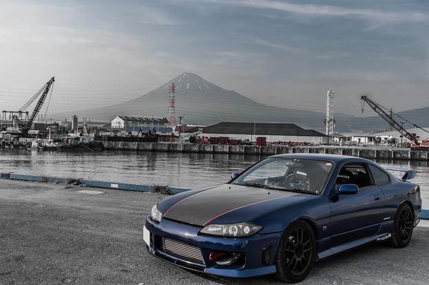 富士山と港で2ショット モノクロ