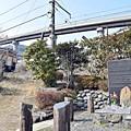 写真: 線路際の慰霊碑
