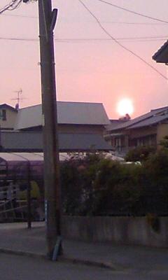 うまく写メれなかったけど、今日の沈む太陽赤いね。
