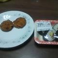 写真: 晩ご飯は巻き寿司4個とコロッケ2個