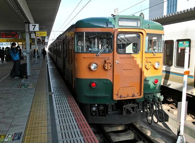 02.姫路駅で停車中の湘南色の115系電車 A13編成