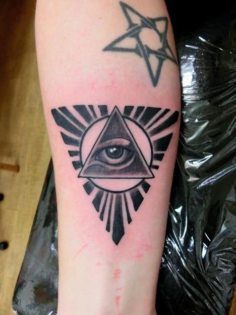 ピラミッドに目tattoo