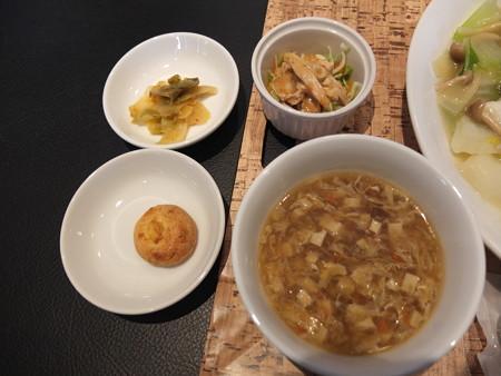 カントニーズレストラン 梵(Bon) 海鮮あんかけ焼きそば 副菜の様子