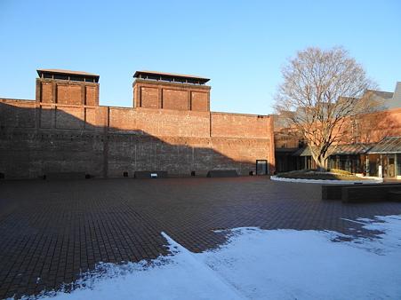 雪が残る産業技術記念館