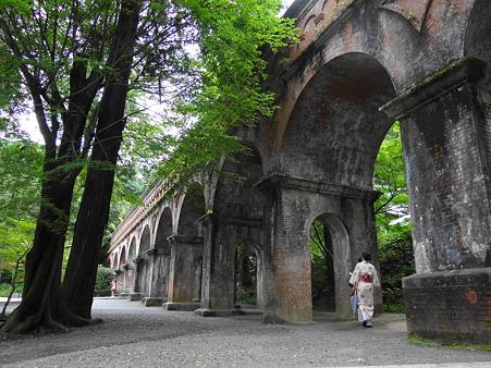 京都疎水と和服の女性