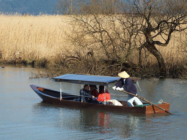 写真: 浅春の湖上を行く