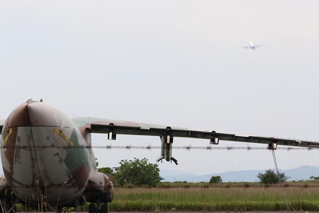 もう飛ぶことが出来ないC-1が離陸機を静かに見守る