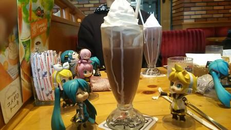 レン:「アイスココアが、ものすごい大きさなんだけど!!?」 ミク...