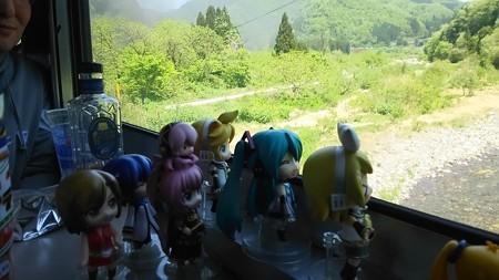 咲花→三川間、阿賀野川を渡ります。 リン:「はぁ~~のんびりのん...