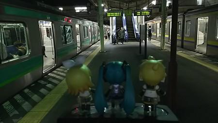 成田駅に到着。成田→千葉の時刻間違ってた、21:13 発の千葉行き普通に...
