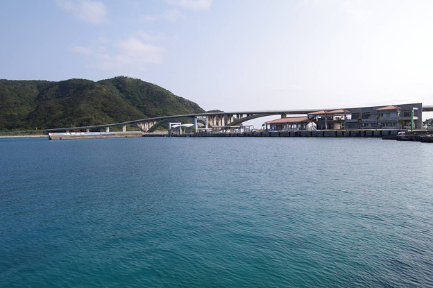 s5777_阿嘉大橋と阿嘉島港旅客待合所_沖縄県座間味村