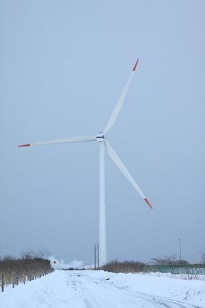 酒田火力発電所風車 波が荒れてます。