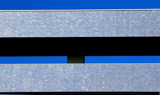 建物と青空の色彩