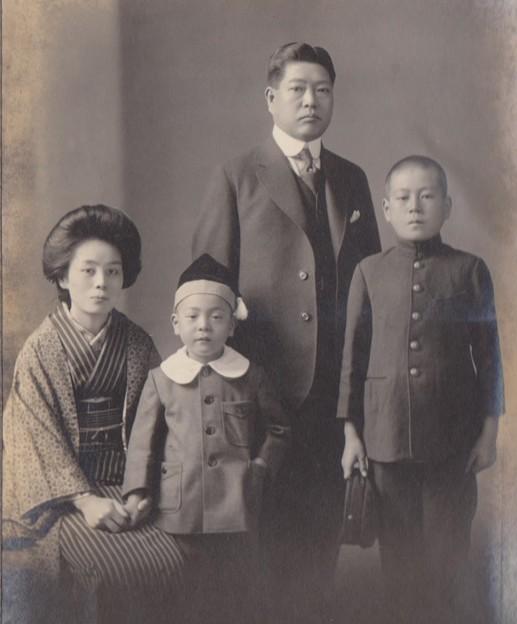 記念写真 祖父清之、祖母ゑい、父幸治(右端)、叔父晴三
