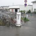 徳島本線牛島駅前の白ポスト、だいたい正面。(2015年)