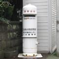 徳島県の三好市井川総合支所前の白ポスト、正面。名義を上書きした跡が。(2015年)