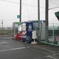 徳島県阿波市の市場地区市民グランド北側駐車場の白ポストと周囲。(2015年)