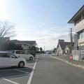 徳島県藍住町の、住民向け公的施設が集まるところ。左前方は緑の広場管理棟等、その先は女性センター。右前方の上だけ見える直方体は勤労青少年ホーム、その手前は武道館、更に手前は保健センター等。(2015年)