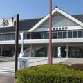 赤穂線播州赤穂駅前の白ポスト越しに駅を見る。(2015年)