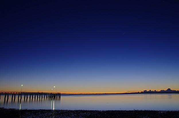 写真: 夜明け前より瑠璃色な