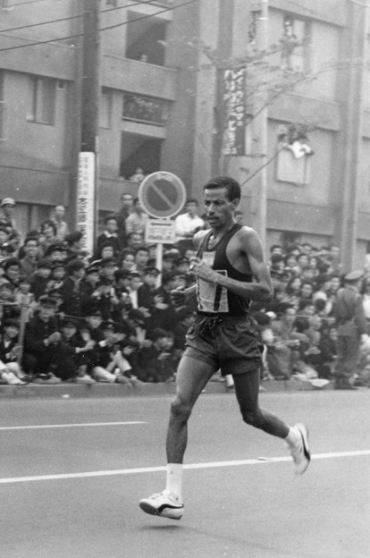 伝説の王者の走り Abebe Bikila at the 1964 Olympics