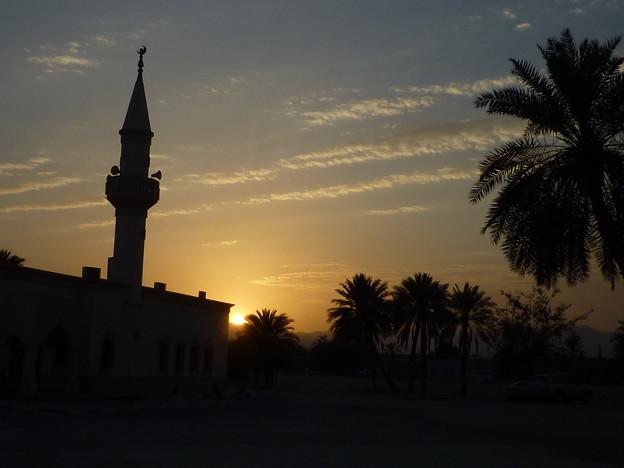 アラブの夕雲 フジャイラ Sunset in Fujairah,UAE     *椰子の木の向うに沈む夕つ日に棚引く雲は輝きにけり