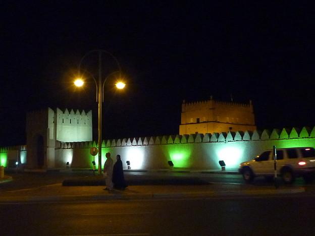 アラブの夫婦 アル・ムラバー・フォート前 Al Murabbaa Fort,UAE