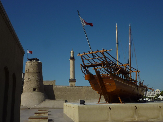 皆様のご活躍を韓国からお祈りします。今日から旅行中につきしばらくフォト蔵をお休みします。アンニョンヒ ケセヨ。ちくら、頓首。(写真:ドバイの旧要塞、現博物館のダウ船)