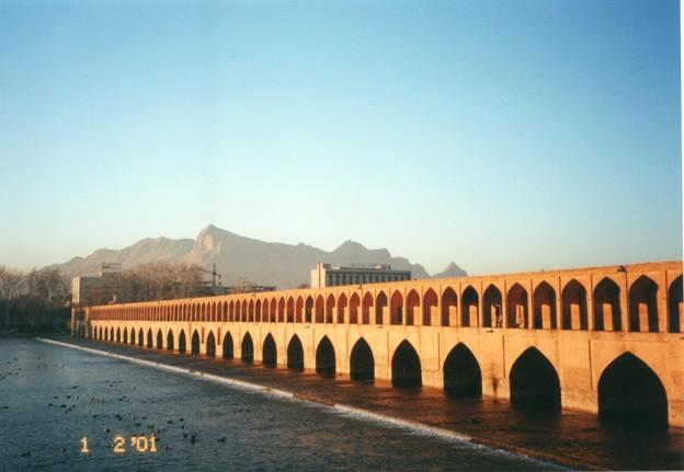 皆様のご活躍をトルコ方面からお祈りします。今夕から旅行中につき、しばらくフォト蔵をお休みします。ちくら、頓首。      (写真:33橋とザーヤンデ川、イラン)