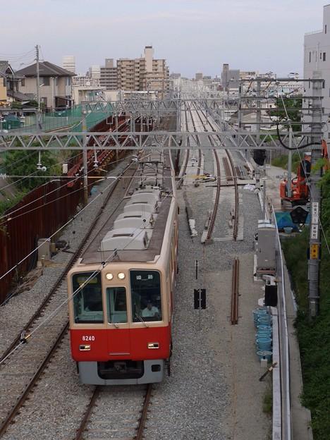 高架化工事区間を走る阪神8000系赤胴車
