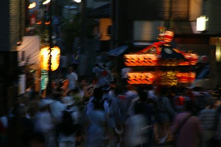 夕暮れ、神輿が練り歩く!