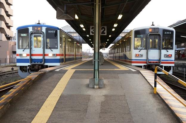 水海道駅で乗換え 左キハ5000形下館行きと右キハ2300形水海道止まり