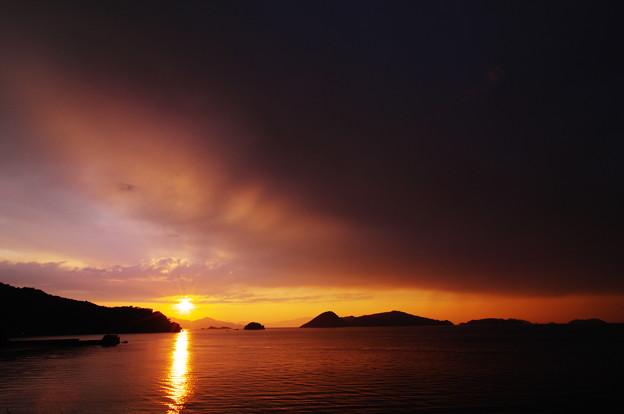 雨雲に覆われた夕陽