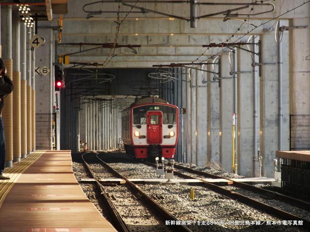 新幹線高架下を走る815系。