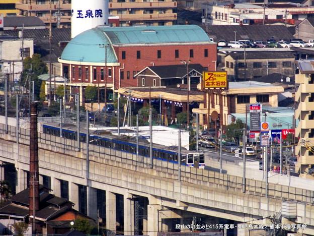 段山(だにやま)の町並みと415系電車。