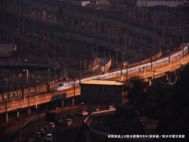 再開発途上の熊本駅構内をゆく新幹線。