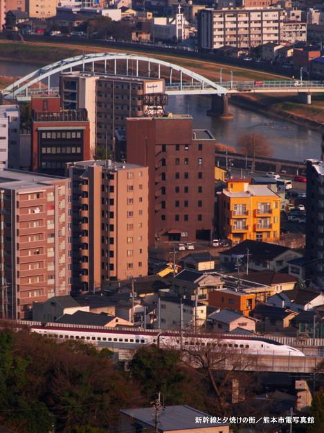 新幹線と夕焼けの街。