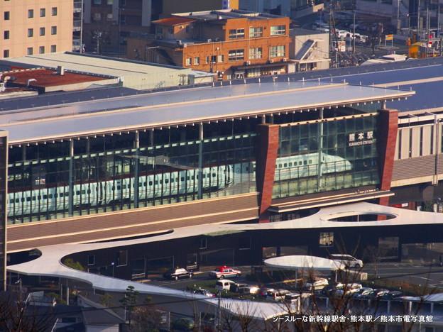 シースルーな新幹線駅舎。