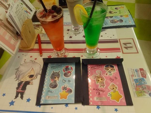 写真: 侑介と棗ドリンクとカード