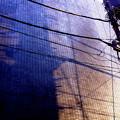 電信柱と壁の影