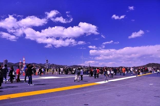 青空の下で空母ジョージワシントン滑走路歩く。。