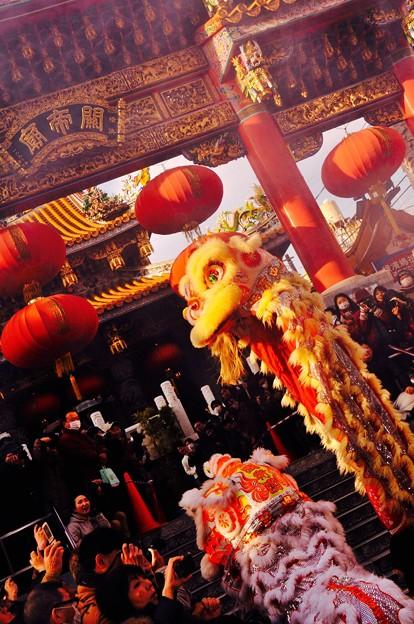 関帝廟前で舞う中国獅子舞。。2月28日